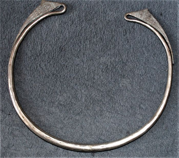 Large Akha or Hmong torque in solid silver - Southeast Asia - 1st half of 20th century