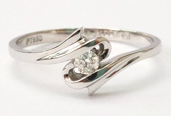 platinum pt950 ring set with 1 brilliant cut diamonds, approx.  0.072 carat in total, ring size l