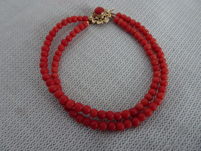 c85b4fcf55e11 3 row precious coral bracelet with 14 karat gold clasp with a precious  coral in it. - Catawiki