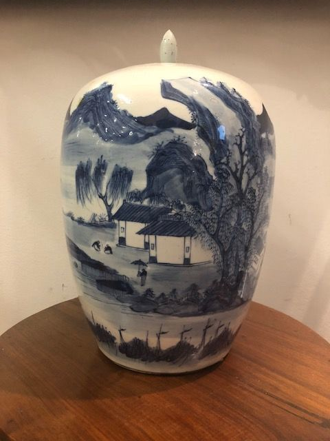 Porcelain potiche vase with lid, with signature, depicting landscape with figures, white and blue - China - early 20th century