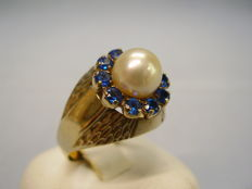 Antique, signed gold ring with central, genuine Japanese Akoya pearl and entourage of 10 blue Verneuil sapphires of 0.40 ct.