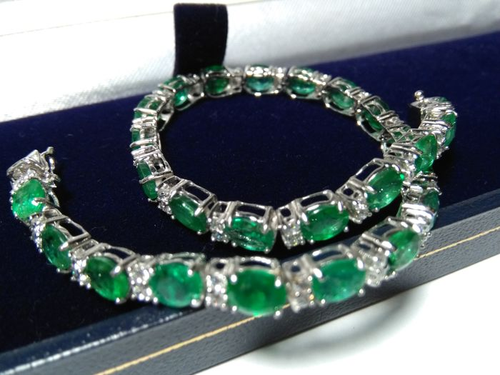 Luxurious 18 kt gold bracelet with 15.10 ct worth of  natural emeralds and diamonds