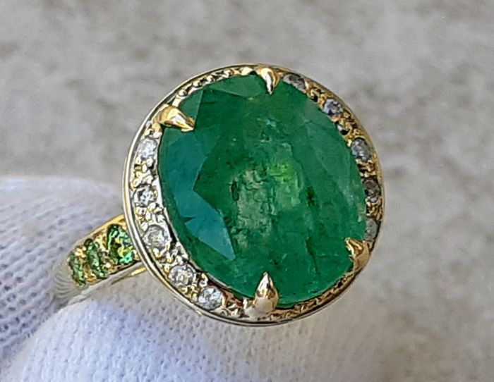 Yellow gold ring 18 kt  - Emerald 6.40 ct  surrounded by 0.18 ct  Brilliants VS/SI and 0.18 ct  Tsavorites, size No. 14 - no reserve price