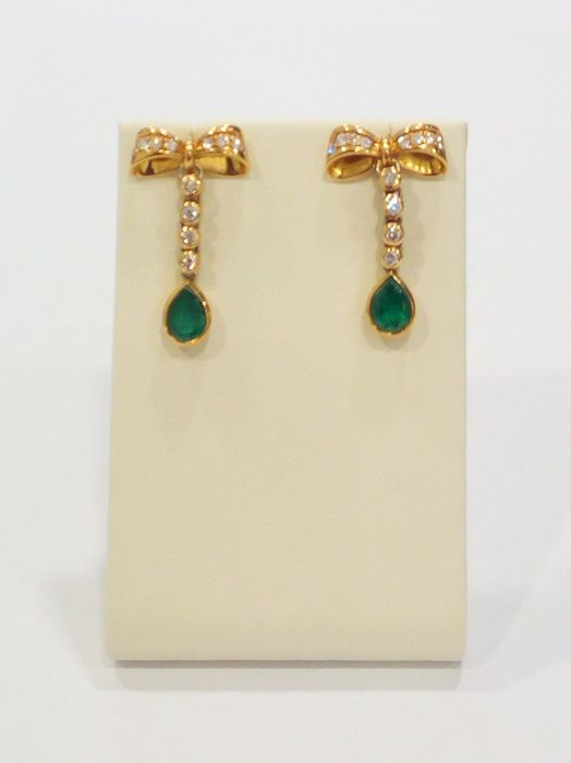 Made in Italy, Earrings in 750/18 kt yellow gold with Emeralds and Diamonds - Measurements: 1.5 x 3 cm