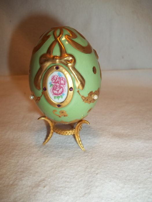 "House of Fabergé - ""The Imperial jeweled Egg Collection"" - This is the ""The Princess' Legacy "" egg with stand - Limited edition - Very, very good condition."
