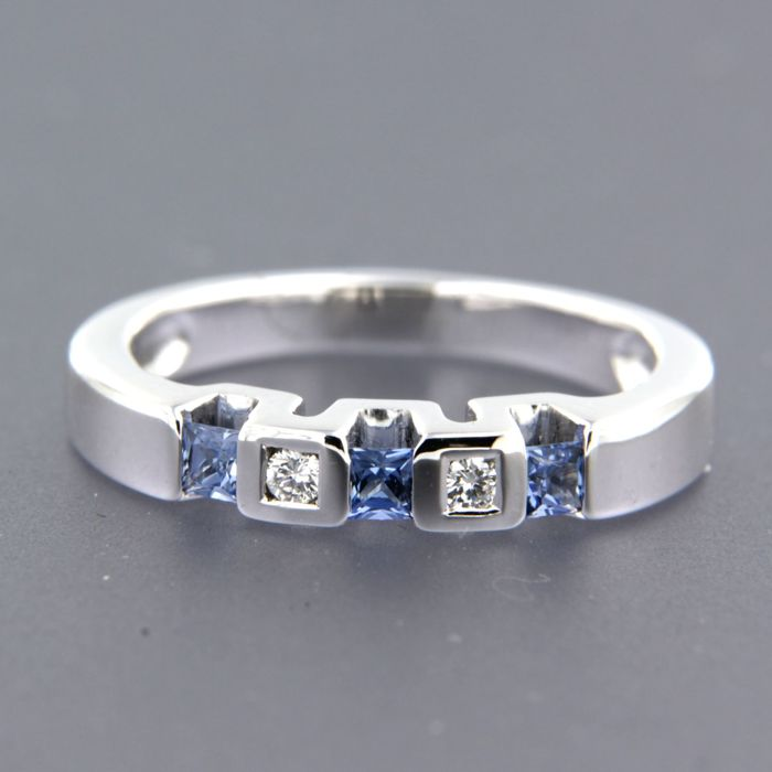18 kt white gold ring set with sapphire and 2 brilliant cut diamonds, approx. 0.06 carat in total, ring size: 17.25 (54)