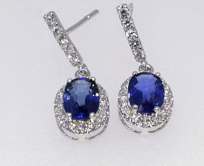 18 kt white gold earrings, 1.65 g, top quality sapphires and 2.7 ct diamonds, G/VS - length 2 cm