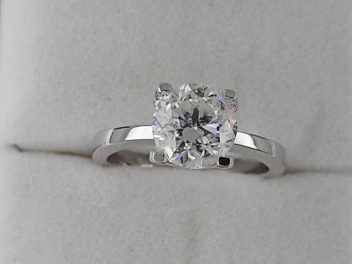 AIG 2.01 ct  round diamond ring made of 18 kt white gold
