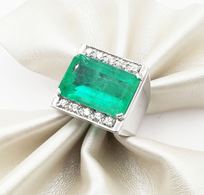 Ring in 18 kt white gold with emerald and brilliant cut diamonds, 0.30 ct, G/VVS