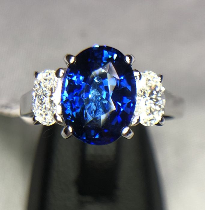 18K white gold ring 3.93gr set with a blue sapphire 2.77ct and 0.63ct diamonds - EU 53 - free size change