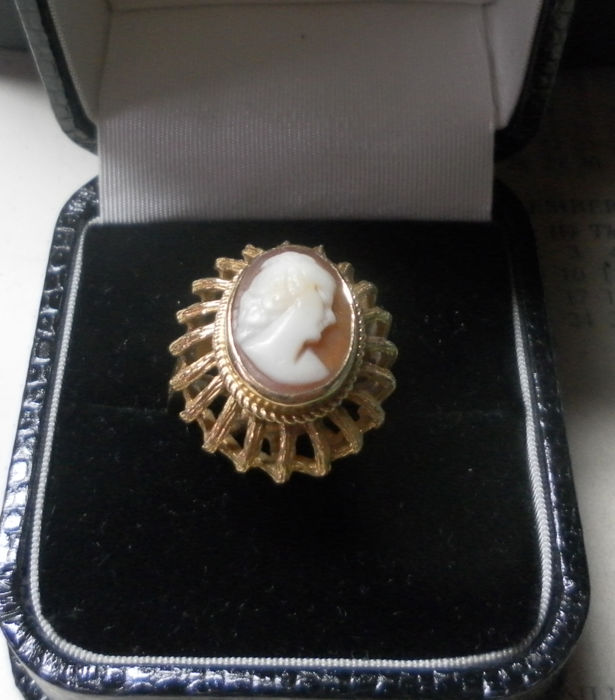 A Nice Gold Ring with a Shell Cameo.