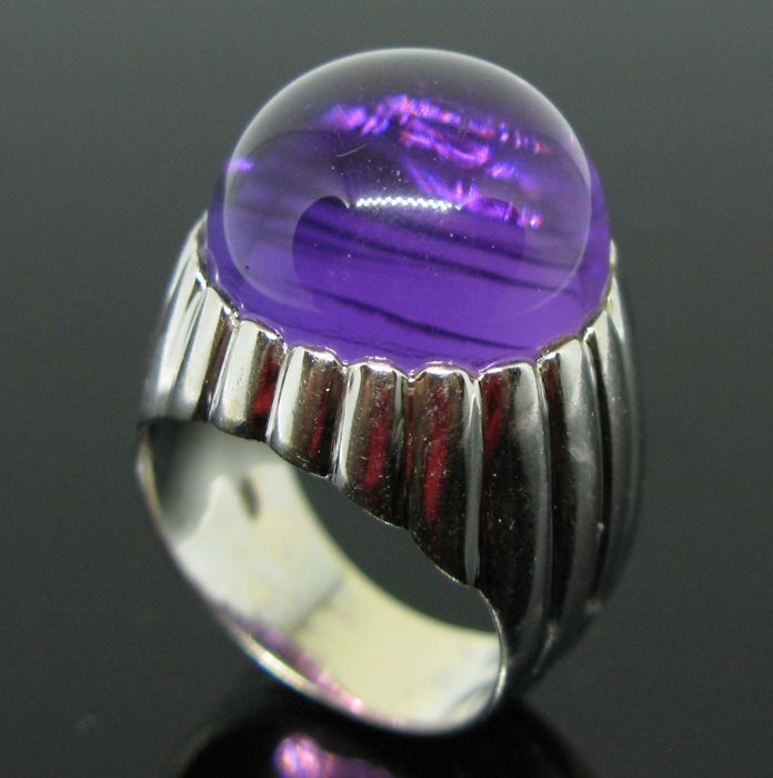 18 kt white gold amazing ring set with 1 amethyst cabochon-round-cut 13,5 ct. Ring size 57 (17) - Weight: 12,3 gr