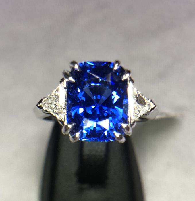18K white gold ring 4.10gr set with a blue sapphire 3.69ct and 0.44ct diamonds - EU 52 - free size change