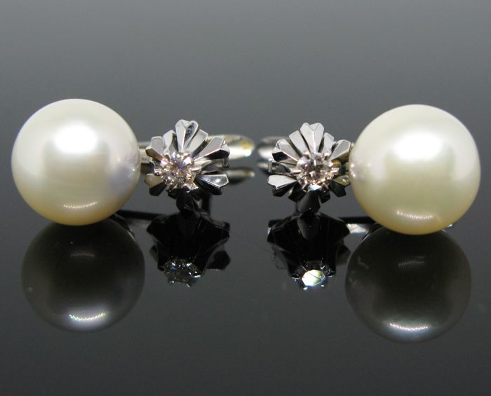 18 kt white solid gold earrings set with 2 white cream Akoya round pearls Ø 10,5 mm diameter and 2 diamonds brillant-cut tot 0,20 ct G/VS2 - Lenght 1,7 cm