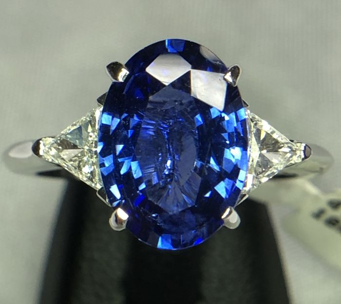 18K White gold ring 4.32gr set with a blue sapphire 3.28ct and 0.38ct diamonds - EU 53  - free size change