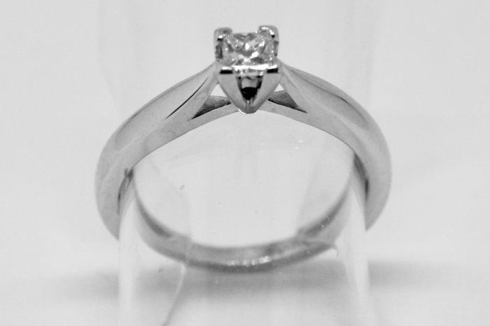 18 kt Solitaire Ring with 0.17 ct White F/SI2 Diamond - Size: Inner diameter 16 mm - No Reserve