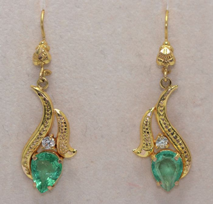 18 kt gold earrings set with emeralds and diamond, 3 ct. Length: 3.4 cm.