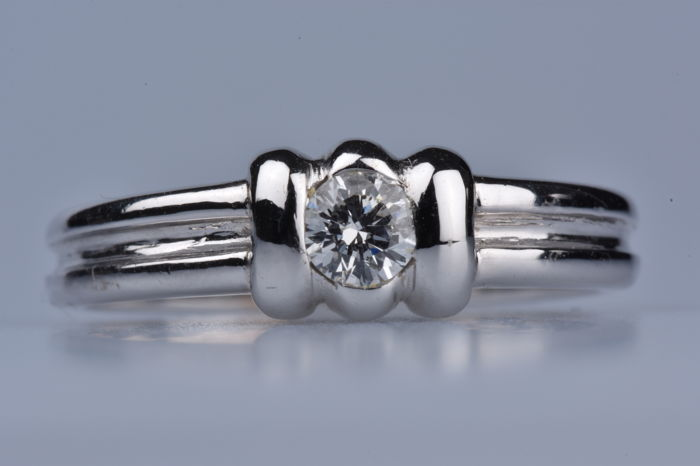 White gold 18kt gold (750/1000), adorned with one round brilliant diamond of 0.25ct. Size: EU 52/US 6