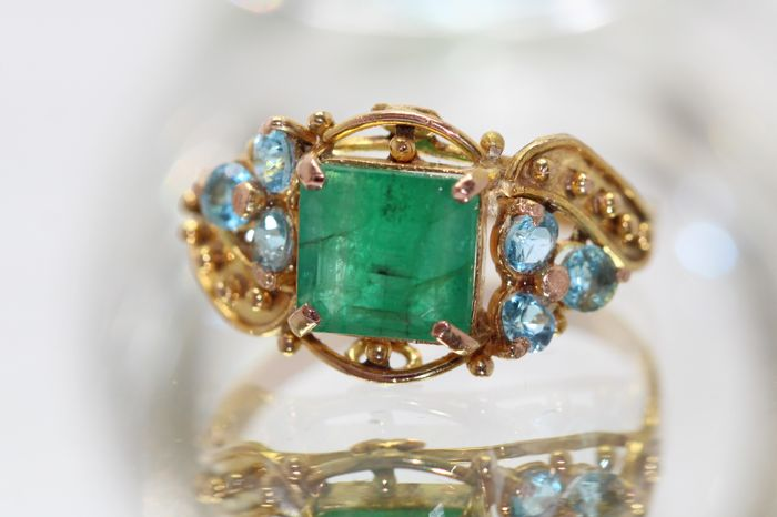18 kt gold ring, set with emerald and topaz, 2 ct. Ring size: 59