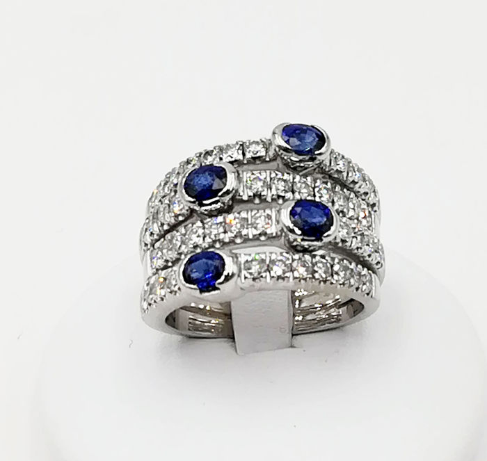 Ring in 18 kt white gold with brilliant cut diamonds totalling 1.32 ct and sapphires totalling 2.00 ct, size 17, total weight: 17.28