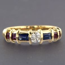 18 kt yellow-gold ring, set with rubies, sapphires and a brilliant cut diamond of approx. 0.20 ct - ring size: 17.25 (54)
