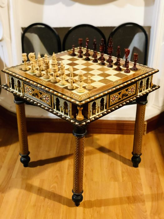 Cabinetmakers of the Alhambra - Limited Edition - Chess table and pieces -  bone and wood marquetry - Catawiki