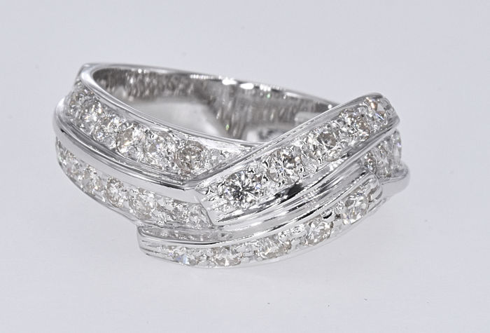 1.05 Ct Diamonds ring . 14kt white gold, size 12 adjustable. NO reserve price.