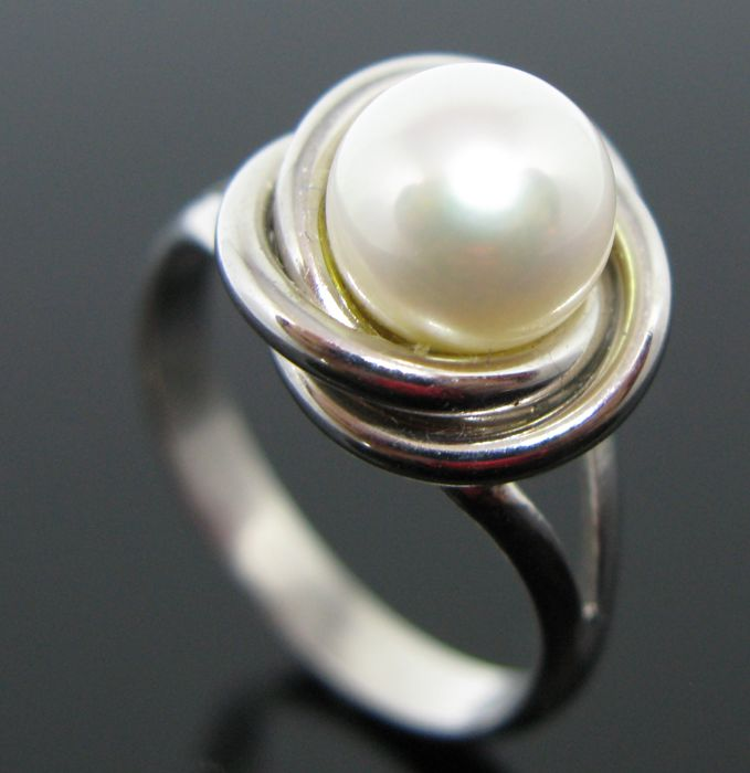 18 kt white gold ring set with 1 white silver Akoya pearl Ø 7,75 mm. Size 52 (12)