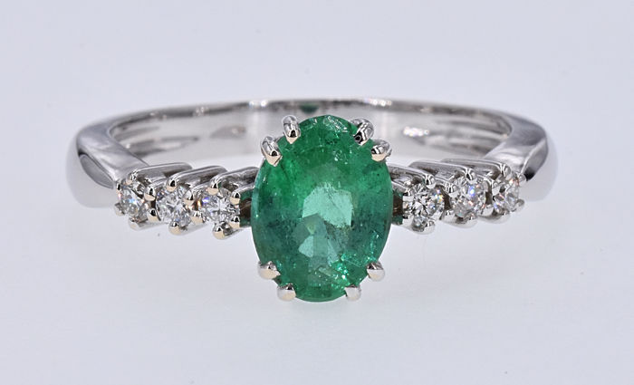 1.56 Ct Emerald  with Diamonds ring título. 18kt white gold, size 15 adjustable. NO reserve price.
