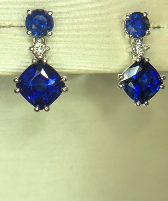 Pair of 18K white gold earrings 2.80gr set with blue sapphires 2.34ct and 0.06ct diamonds