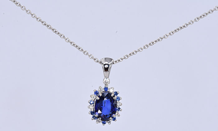 2.06 Ct Sapphire with Diamonds Necklace . 18kt gold, size 45cm. NO reserve price.