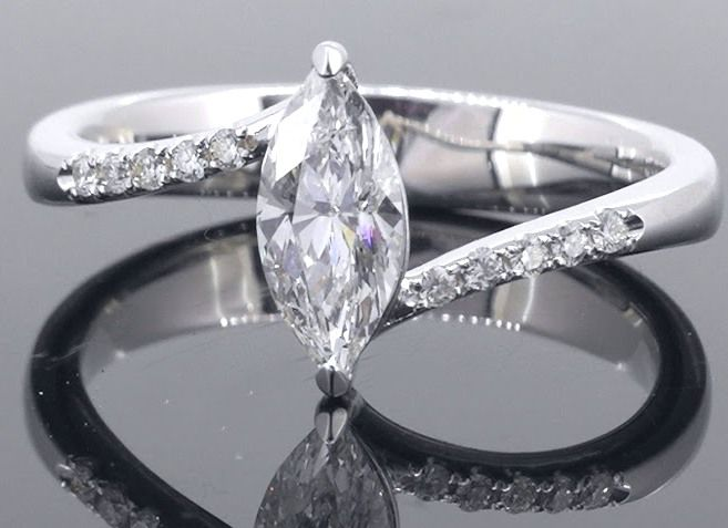 * No reserve price * 18 kt white-gold ring with marquise-cut diamond of 0.55 ct and 10 additional diamonds - ring size: 55/17.44 mm