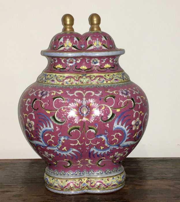 A red ground famille rose double vase with covers - China - Late 20th century