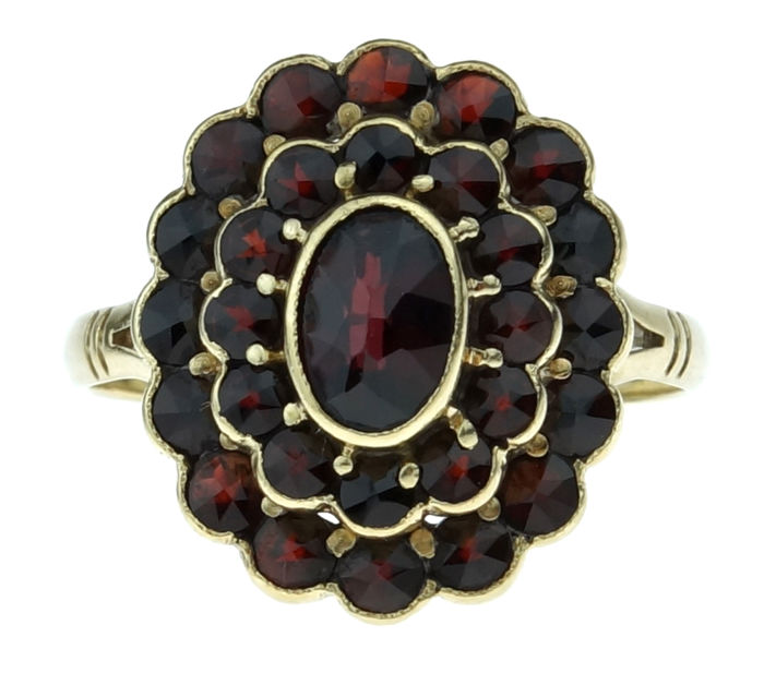 Lovely 14 karat gold entourage ring set with 29 garnets - ring size 18
