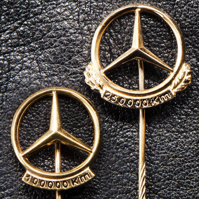 Beschilderung - Mercedes-Benz - Polished Mercedes Benz Daimler Pin 100.000 & 250.000 Km  - 1950-1970