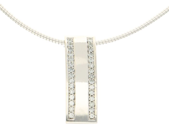 18 kt - Flexible white gold women's torc necklace with an oblong pendant set with 30 brilliant cut diamonds of approx. 0.60 ct - Length 46 cm x 0.2 mm wide