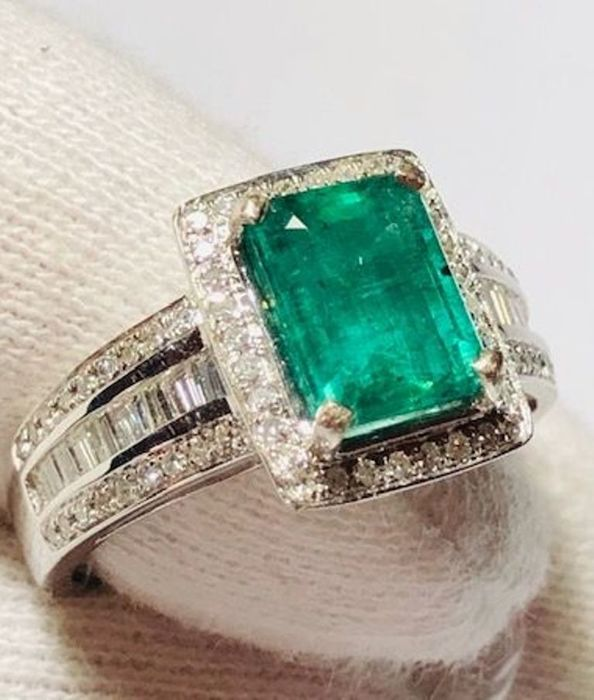 Women's cocktail ring in 18 kt gold with emerald, 1.95 ct, and diamonds, 0.80 ct - No reserve