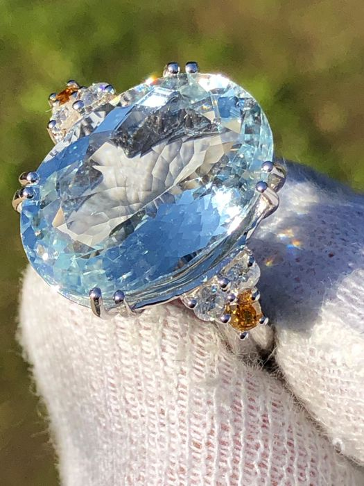 Ring with 11.86 ct VVS blue aquamarine, VVS/E diamonds weighing 0.40 ct and pair of 0.18 ct orange diamonds - 18 kt gold - No reserve