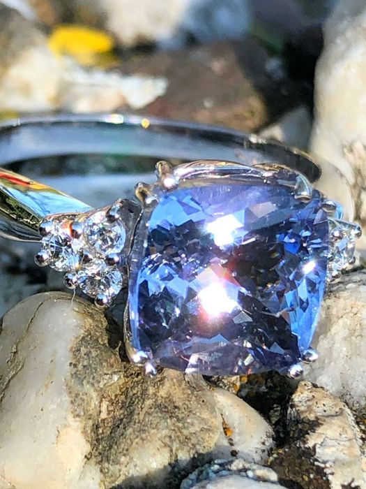 Ring in 18 kt white gold with bluish-violet tanzanite, 4.46 ct, and diamonds, 0.40 ct, E-F VVS - No Reserve