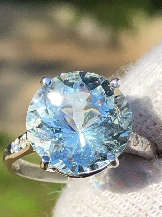 Solitaire ring with blue aquamarine for 5.1 ct, VVS and brilliant cut diamonds for 0.20 ct E VVS - 18 kt gold - No Reserve
