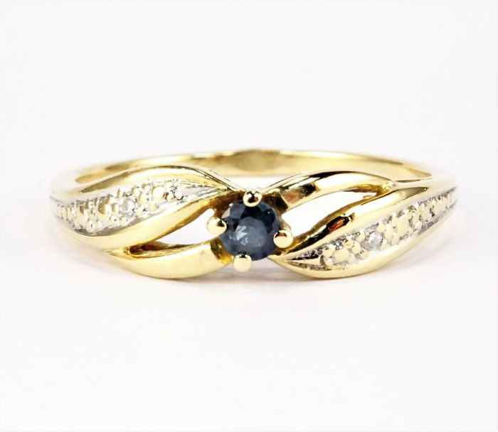 Ring in 18 kt gold, 2.1 g, set with a sapphire and with diamonds - Size: inner circumference 51 mm