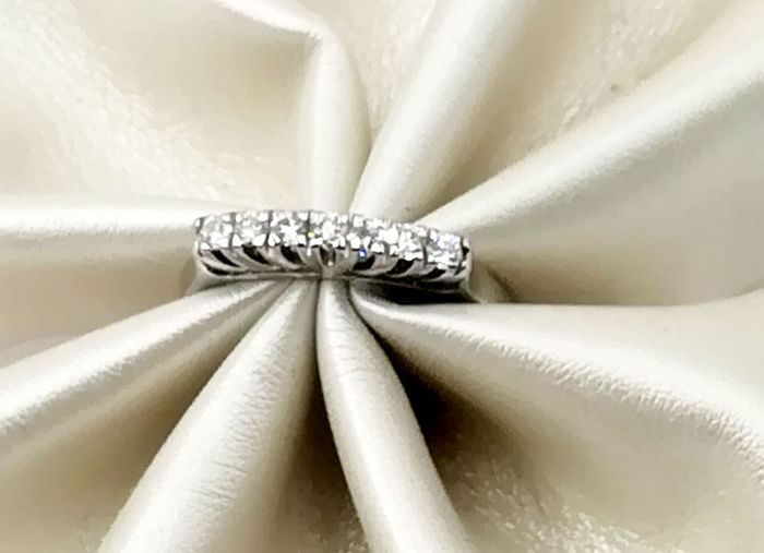 White gold ring (18 kt) - Eternity model with TW/VVS diamonds colour G/VS for a total of 0.26 ct