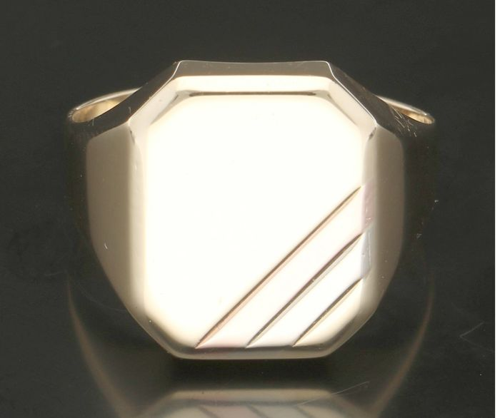 14 kt - Yellow gold men's signet ring with a white and rose gold stripe on the seal. - Ring size: 20.5 mm. - NO RESERVE.
