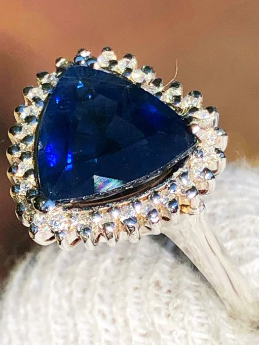 Cocktail ring with trillion sapphire for 3.33 ct, surrounded by 0.55 ct diamonds D-E VVS - 18 kt gold - No Reserve