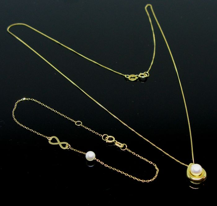 18 kt yellow solid gold set of fine necklace and bracelet with 2 white/rose Akoya round pearls Ø 5,06 / 4,22 mm diameter Lenght 41 + 17 cm