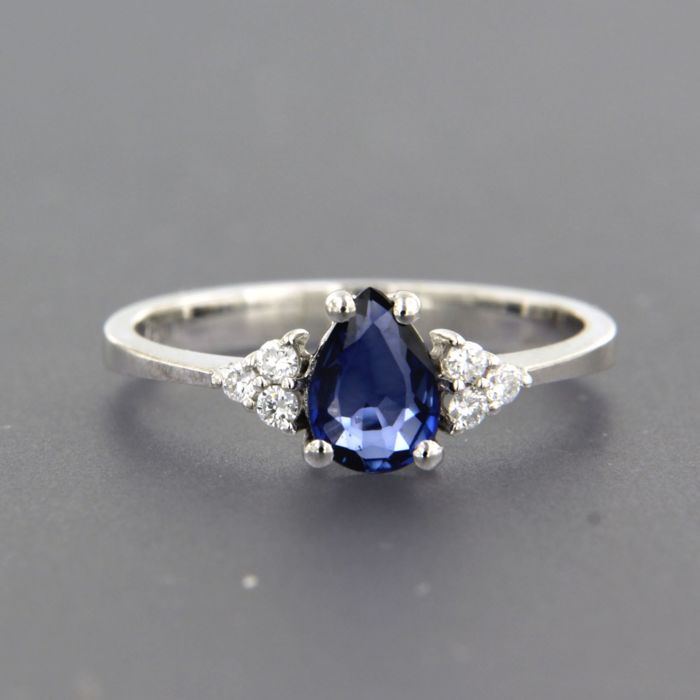 18 kt white gold ring set with a sapphire and diamond of approx. 0.10 ct in total - ring size 17.25 (54)