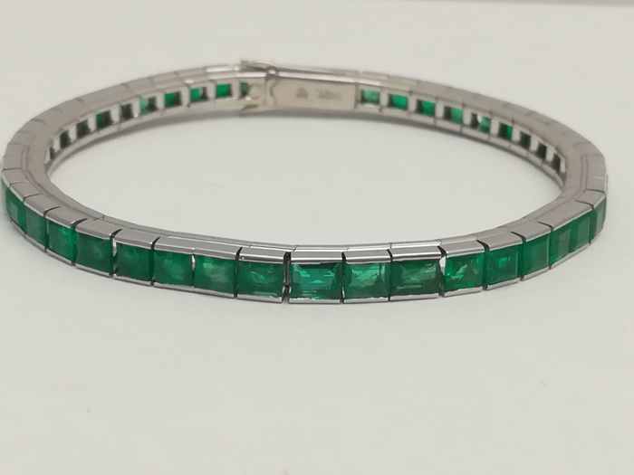 Rivière bracelet in platinum with emeralds in grid totalling 5.40 g.