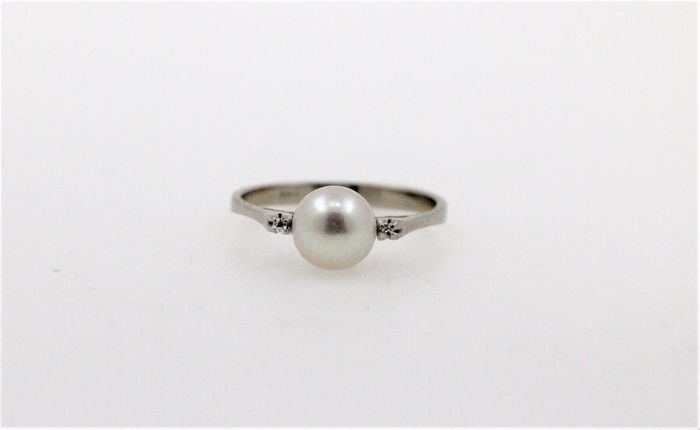 18 kt white gold ladies' ring with a total of 0.02 ct diamonds and 1 Akoya salt water cultured pearl - ring size: 56 EU