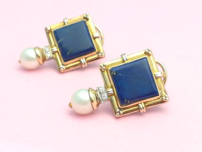Earrings of gold 18 kt with 4 brilliant cut diamonds, 2 lapis lazuli and 2 fresh water cultured pearls