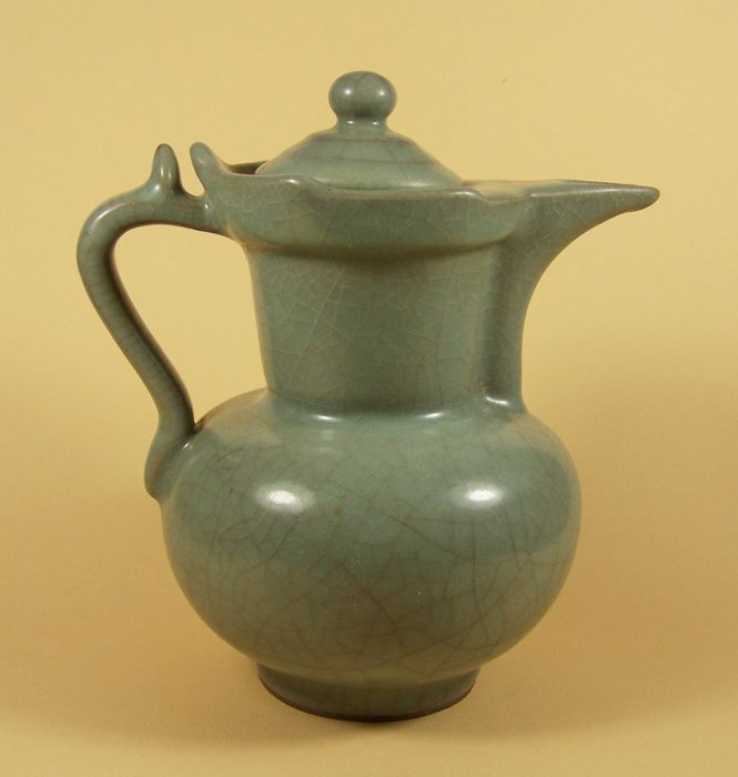 A crackled monochrome Guanyao lidded ewer in Song style – China – 2nd half 20th century